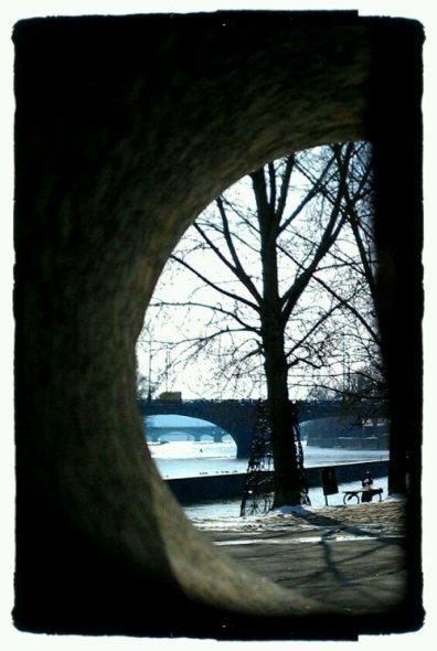wpid-Näkymää-Vlatavalle-veistoksen-läpi.jpg