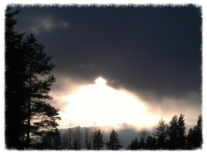 Pilvimuurista valo välähtää